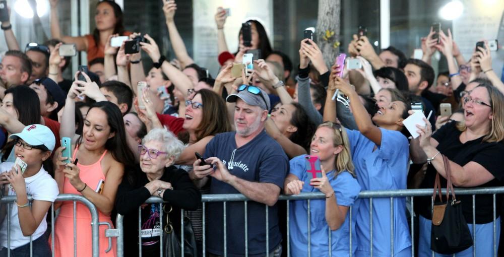 Alte Frau ohne Handy Frau Menge Smartphone (c) Boston Globe