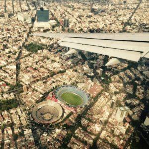 Flugzeug Fliegen über den Wolken Stadt von oben Stadion