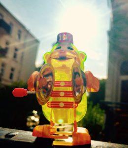 Schellenaffe Das Leben ist schön Sonne Kinderspielzeug Affe mit Becken