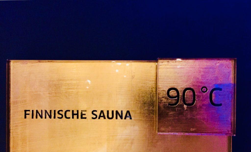 Sauna Schwitzen Finnische Sauna 90 Grad heiss goldenes Schild