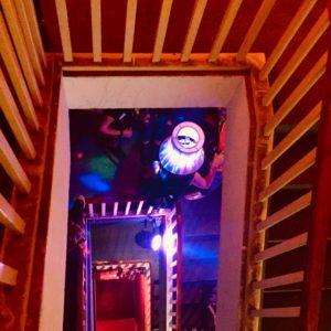 Lampenmann Mann mit Lampenschirm Treppenhaus