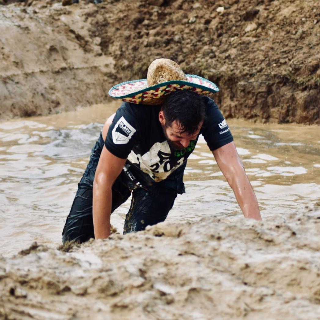 Tough Mudder Mudder Island Hinternislauf Schlamm Matsch