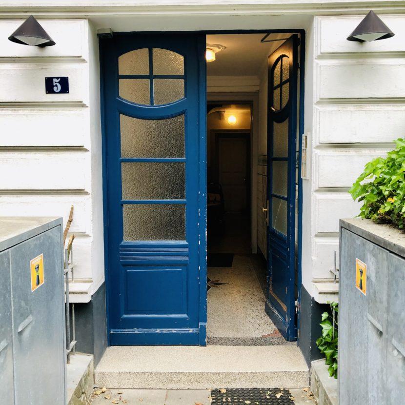 Offenbarung Tür offen Öffnung Hauseingang geschlossen